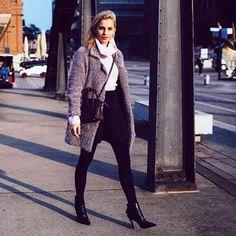 Die wundervolle Caro von carodaur trägt hier unsere spitze Stiefelette Elena zum dicken Rollkragenpullover und Mantel. #poilei #fashion #bloggerstyle