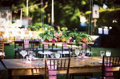 Bloemen van tafel! Die verplaatsen zich naar de lucht met het hanging centerpiece. // Fotograaf: Tracey Sanders // Girls of honour