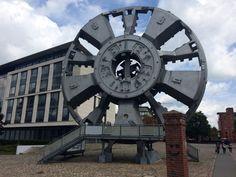 Hamburg: Barmbek-Nord – Im Hof des Museums der Arbeit: Die T.R.U.D.E. (Tief runter unter die Elbe), das Schneiderad des Elbtunnelbohrers, mit dem die vierte Elbtunnelröhre gebohrt wurde. Beeindruckende Maße: 14,2 Meter...