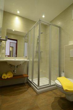 Dusche, Waschtisch und WC Anlage in den Hotelzimmern im Hotel Wachauerhof Divider, Bathtub, Bathroom, Furniture, Home Decor, Hotel Bedrooms, Standing Bath, Washroom, Bathtubs