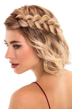 La tresse sur le côté, pour une coiffure asymétrique, une tendance 2017 by Coiff&Co 2017. D'autres coiffures pour vous inspirer sur aufeminin