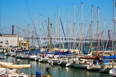 Ponte 25 de abril e barche #25deabril #acqua #attracco #barche #blue #città #europa #fiume #lisbona #molo #navigare #pesca #pescatori #ponte #portogallo #rosso #tejo #vacanza