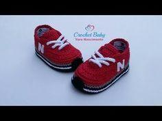 crochet baby shoes Tênis NEW BALANCE de crochê - Tamanho 09 cm - Crochet Baby Yara Nascimento - Booties Crochet, Crochet Converse, Crochet Baby Sandals, Crochet Baby Boots, Crochet For Boys, Crochet Shoes, Crochet Slippers, Baby Booties, Boy Crochet