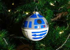 R2D2: Christmas ornament..... not sure if it should go into my christmas or nerdyness board...