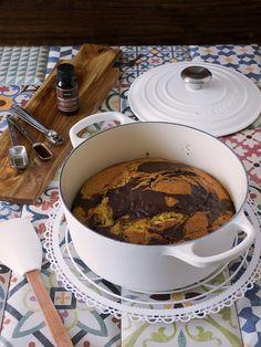 bizcocho marmolado en cocotte Cocotte Le Creuset, Sponge Cake, Cupcakes, Crockpot Recipes, Bakery, Sweets, Meals, Chocolate, Cooking