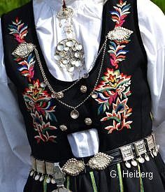 FolkCostume&Embroidery: Overview of Norwegian Costumes, part The eastern heartland Norwegian Clothing, Norwegian Vikings, Norwegian Style, Costumes Around The World, Historical Clothing, Folk Clothing, Historical Dress, Folklore, Folk Embroidery