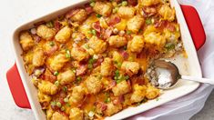 This Bacon Cheeseburger Tater Tot Casserole Will Make the Whole Family Happy for Dinner Tonight! Ingredients: 1 ½ pounds ground beef 1 package real bacon bits 2 cups Cheddar cheese, shredded 1 package frozen tater tots 1 can condensed cheddar cheese soup… Enchiladas, Cheese Burger, Tater Tots, Muesli, Casserole Dishes, Casserole Recipes, Chicken Casserole, Squash Casserole, Beef Recipes