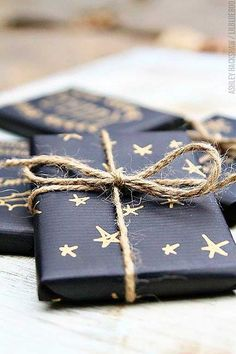 Gift Wrapping Ideas : beautiful matte black wrapping paper decorated with a gold pen. Next year's Christmas wrapping! Creative Gift Wrapping, Present Wrapping, Wrapping Ideas, Creative Gifts, Baby Gift Wrapping, Unique Gifts, Creative Ideas, Noel Christmas, Winter Christmas
