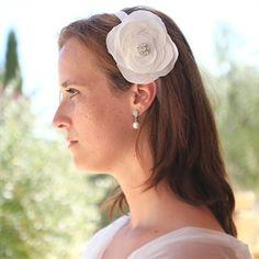 #Haarbloem op band #bruid #bruidskapsel #weddinghair #bride / www.witenzilver.nl