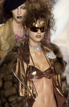 Christian Dior at Paris Fashion Week Spring 2004 - Runway Photos Fashion Killa, 90s Fashion, Couture Fashion, Paris Fashion, Runway Fashion, High Fashion, Fashion Show, Vintage Fashion, Fashion Outfits