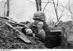 photo: Bundesarchiv. Russland. Forward observer (Feldfernsprecher) with FF33 telephone.