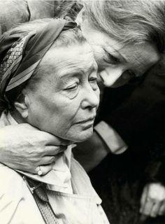 Simone de Beauvoir en el funeral de Jean-Paul Sartre, París (19 de abril de 1980)