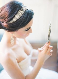 Love this bride's headband! #BridalFantasy