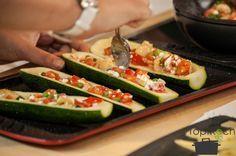 Gefüllte Zucchini - mit Hüttenkäse, Erbsen und Tomaten
