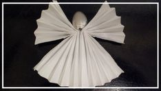 How to fold a napkin into a beautiful angel ( Servietten Engel – illustrierte Servietten Faltanleitung ) — Steemit – Towel Ideas 2020 Christmas Tree Napkin Fold, Christmas Napkins, Christmas Rose, Simple Christmas, Paper Napkin Folding, Kitchen Ornaments, Christmas Table Decorations, Wedding Napkins, Holiday Wreaths