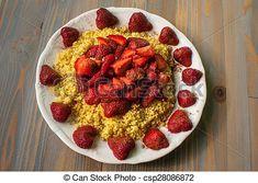Kasza jaglana z miodem, cynamonem i truskawkami.  Millet with honey, cinnamon and strawberry.