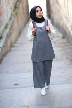 Elif ESER Suspended Trousers Set The image may contain: 1 person standing and Tesettür Ayakkabı shoes … The image may. Muslim Fashion, Modest Fashion, Girl Fashion, Fashion Outfits, Casual Hijab Outfit, Hijab Chic, Hijab Trends, Mode Simple, Hijab Fashionista