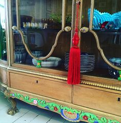 Se där ja! Blev en tofs på mitt fina skåp i dag. Would you look at that?! Added a tassle to my vitrine today. #tassle #tassles #vitrine #furniture #tablewear #wooden #vitrinskåp #colorful #home by lerhavetsros