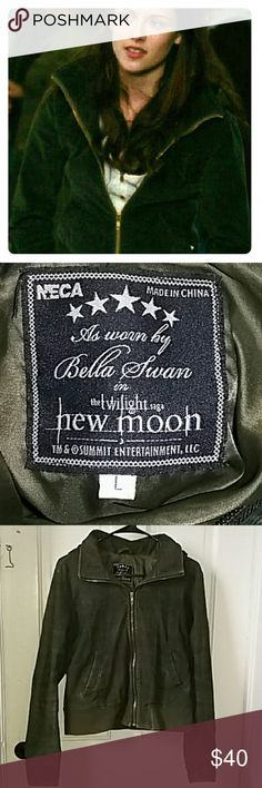 Twilight Bella Swan jacket  *BOGO* Winter clothing in my closet is buy one get one 50% off!   This was purchased from Hot Topic for full price & is a great replica of the jacket worn by Bella in New Moon. Its a dark foresty green color with a gold zipper. Its fitted but has lots of stretch to it, super comfy! Used but in great condition! twilight grunge werewolves vampires isabella swan replica  Trade value: $50   I accept offers & trades  Hot Topic Jackets & Coats
