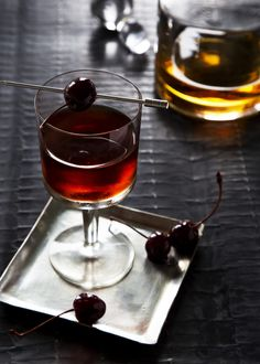 How to Make a Classic Manhattan Cocktail – Garden & Gun Blue Cocktails, Classic Cocktails, Cocktail Drinks, Cocktail Recipes, Bourbon Cocktails, Manhattan Drink, Manhattan Recipe, Manhattan Map