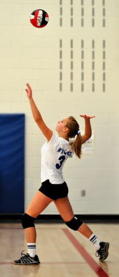 Are volleyball shorts, too short Girls Volleyball Shorts, Volleyball Serve, Female Volleyball Players, Volleyball Team, Softball, Women Volleyball, Soccer, Sport Body, Sport Man