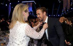 SAG Awards 2017, il papillon di Ryan Gosling è fuori posto: lo sistema Meryl Streep