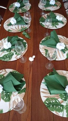 Compose your table with refinement ! Offer your guests an extra treat. S… - DIY Blumen Napkin Folding, Deco Table, Decoration Table, Diy Crafts To Sell, Cheap Home Decor, Napkins, Table Settings, Christmas Decorations, Burlap Table Runners