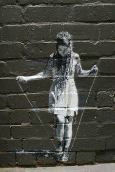 Juego de los tontos | The Street Art por el artista francés Levalet.