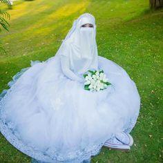 Wedding Abaya, Wedding Dress With Veil, Muslim Brides, Pakistani Bridal Dresses, Pakistani Wedding Dresses, Wedding Bride, Muslim Women, Bride Groom Poses, Nigerian Weddings