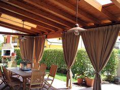 diseño de pérgola con cortinas marrones
