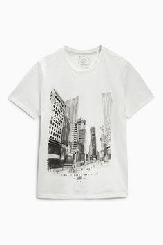 Lockeres T-Shirt mit Städtegrafik in Ecru heute online kaufen bei Next…