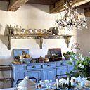 Le grand vaisselier gris a été déniché chez un garagiste sous un amas de vieilles voitures est surmonté d'une étagère ancienne supportant une collection de bocaux anciens, les peintures de Catherine sont juste posées sur le meuble.