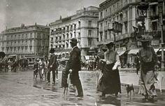 """El primer urinario de Madrid se colocó en 1836 en la Puerta del Sol, más o menos frente a la pastelería La Mallorquina. En su interior había """"un gabinete de lectura, un despacho de licores y cerveza y nueve aseos comunes o retretes, seis para caballeros y tres para señoras. Por leer todos los periódicos se llevó un real y por ocupar un retrete cuatro cuartos"""". Best Hotels In Madrid, Madrid Travel, Foto Madrid, World Cities, Tourist Spots, Old Pictures, Historical Photos, Time Travel, Spain"""