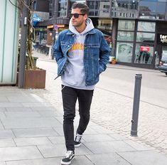 Jaqueta jeans + moletom cinza + calça jeans + vans