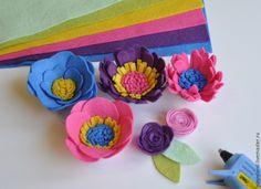 Как украсить праздник маленькой дочки? Наверное, каждая мама девочки задавалась таким вопросом. Вот и я не исключение. Так как у нас День рождения поздней осенью, то очень хотелось чего-то теплого, яркого и летнего. Так и появилась моя циферка с цветами. А если и вы захотите сделать такую цифру, то вам понадобятся: - разноцветный фетр, для цветочков не более 5-6 цветов, а для зеленых листиков 2…