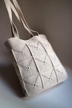 Pevná háčkovaná kabelka so štvorcovým vzorom. Vyrobená z bavlny získanej zo starého svetra - recyklácia. Kabelka nie je podšitá a nedá sa zatvoriť. Crochet Shoes, Crochet Purses, Love Crochet, Knit Crochet, Crochet Projects, Lana, Purses And Bags, Shoe Boots, Reusable Tote Bags