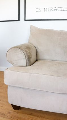 How To Wash Ulphostery Clean Fabric Couch, Clean Upholstery, Clean Couch, Chair Fabric, Cleaning Microfiber Sofa, Couch Cleaning, House Cleaning Tips, Cleaning Recipes, Cleaning Hacks