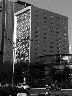 Paseo de la Reforma 91. edificio construido en 1955, remodelado.