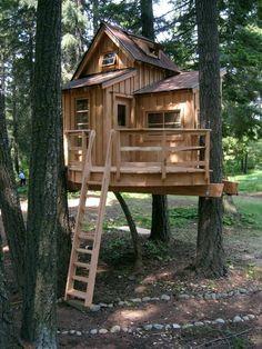 ein fantastisches Baumhaus mit einer Holztreppe