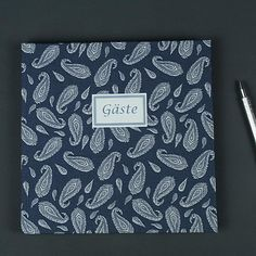 Blau weiß gemustertes Gästebuch mit Paisleymuster. Ein mit Stoff bezogenes quadratisches Gästebuch für die Hochzeit oder die Sommerparty. Personalisierbar