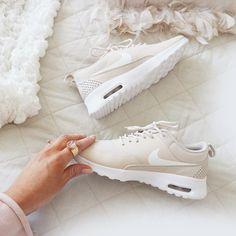 Nike Air Max Thea beige weiß // Foto: bella_adele (Instagram)