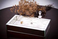 Caixa revestida de espelho. com fundo de azulejo  Dimensões: 34 x 19 x 6 cm