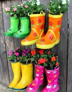 Si vous n'avez pas assez de place dans votre jardin pour faire pousser des fleurs, créez un jardin suspendu avec des bottes en plastique. Percez 3 à 5 trous au fond des bottes et clouez-les sur votre mur. Remplissez avec du terreau, plantez vos graines et attendez que vos fleurs poussent !