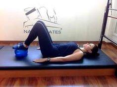 1. Ponte com pé na bola, fazendo pressão: trabalha o glúteo e os posteriores da coxa. De barriga para cima e mantendo a coluna ereta, eleve o quadril com joelhos flexionados e mantenha a base dos pés na bola fazendo a pressão