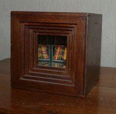 Bibliothèque contenant 40 minis-livres reliés à la main, encastrée dans un cube en bois de 10cm de côté