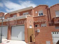 Chalet adosado en la localidad de Villa del Prado distribuida en 2 plantas con 139 m² repartidos en 3 habitaciones, 3 baños, salón comedor, cocina independiente y hall recibidor. Con garaje,  dos terrazas y jardín posterior