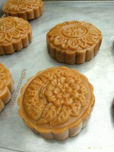 Mooncake.   Bahan-bahanya:   150g golden sirap.  60g minyak kacang.(peanut oil)  5g alkali water.  250g tepung kek     Inti.   350g pes ...