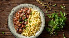 Dusené bravčové so slivkami a špeclami Spaghetti, Ethnic Recipes, Eastern Europe, Food, Marcel, Eten, Meals, Noodle, Diet