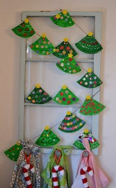 Art Paper plate trees, sweet project for a crafter noon with little ones Paper plate Christmas tree garland holiday Cute Kids Crafts, Christmas Crafts For Kids To Make, Preschool Christmas, Christmas Activities, Christmas Projects, Kids Christmas, Holiday Crafts, Christmas Paper, Christmas Trees