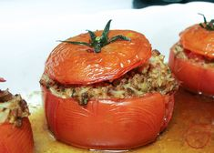 Italian Stuffed Tomatoes Stuffed tomatoes are perfect summer food, or anytime you can find great tomatoes in your supermarket. The basil and garlic and parsley in these tomatoes b Vegetable Dishes, Vegetable Recipes, Beef Recipes, Cooking Recipes, Healthy Recipes, Tomato Dishes, Recipies, Easy Recipes, Budget Cooking
